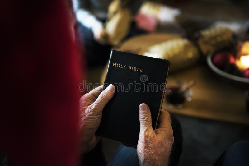 Ένα πρόσωπο που κρατά την ιερή Βίβλο στοκ εικόνες με δικαίωμα ελεύθερης χρήσης
