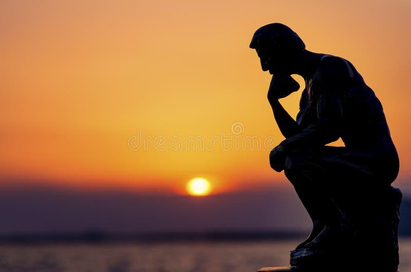 Ένα πρόσωπο σκέφτεται θαλασσίως στο ηλιοβασίλεμα στοκ φωτογραφία με δικαίωμα ελεύθερης χρήσης