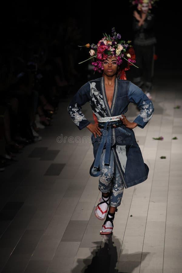 Ένα πρότυπο περπατά το διάδρομο για τη επίδειξη μόδας Desigual στοκ εικόνες