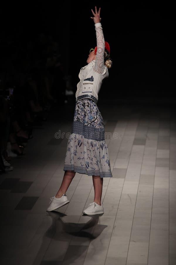Ένα πρότυπο περπατά το διάδρομο για τη επίδειξη μόδας Desigual στοκ εικόνα