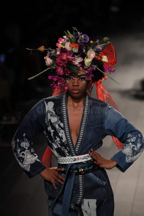 Ένα πρότυπο περπατά το διάδρομο για τη επίδειξη μόδας Desigual στοκ φωτογραφία