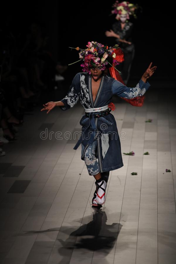 Ένα πρότυπο περπατά το διάδρομο για τη επίδειξη μόδας Desigual στοκ φωτογραφία με δικαίωμα ελεύθερης χρήσης