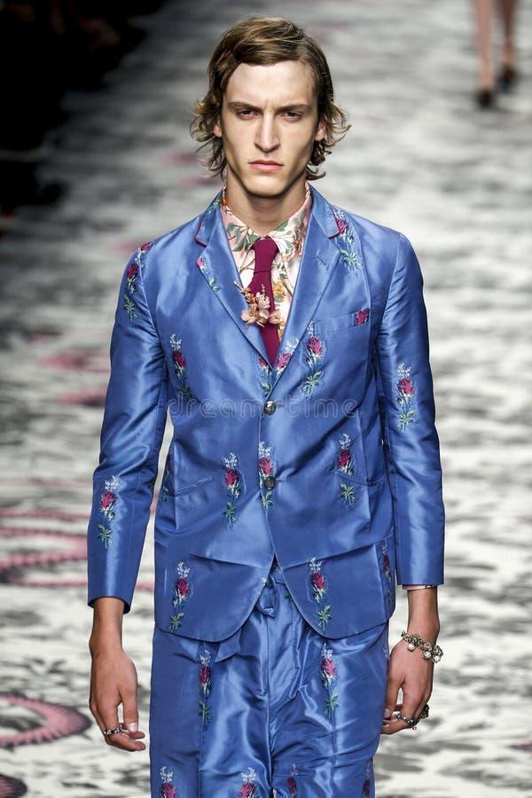 Ένα πρότυπο περπατά το διάδρομο κατά τη διάρκεια της Gucci παρουσιάζει στοκ εικόνες