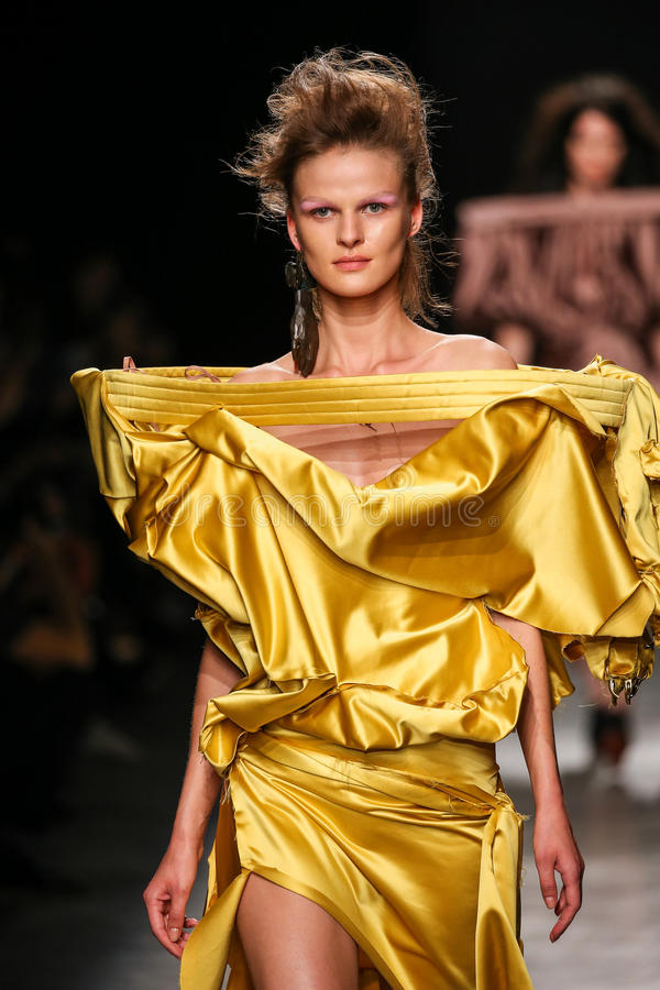 Ένα πρότυπο περπατά το διάδρομο κατά τη διάρκεια της Vivienne Westwood παρουσιάζει ως τμήμα της εβδομάδας μόδας του Παρισιού στοκ φωτογραφίες