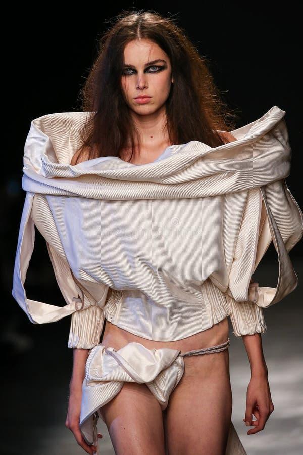 Ένα πρότυπο περπατά το διάδρομο κατά τη διάρκεια της Vivienne Westwood παρουσιάζει ως τμήμα της εβδομάδας μόδας του Παρισιού στοκ εικόνες
