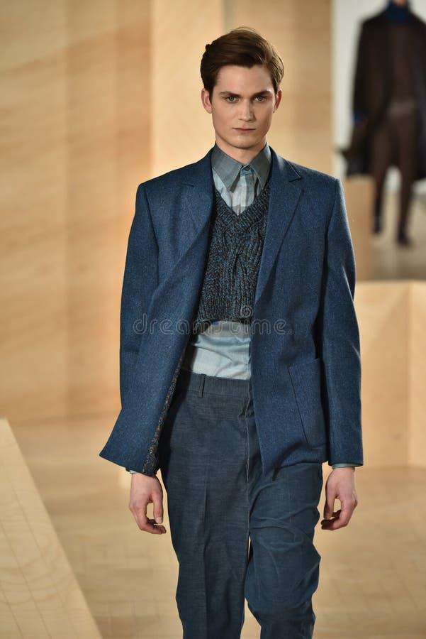 Ένα πρότυπο περπατά το διάδρομο που φορά το Perry Ellis κατά τη διάρκεια της πτώσης των ατόμων εβδομάδας μόδας της Νέας Υόρκης/το στοκ εικόνες