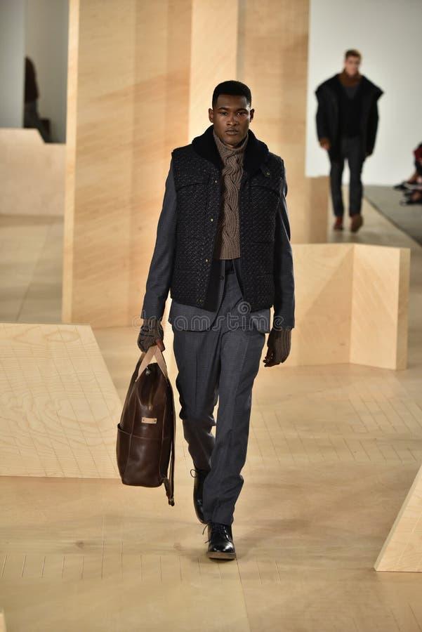 Ένα πρότυπο περπατά το διάδρομο που φορά το Perry Ellis κατά τη διάρκεια της πτώσης των ατόμων εβδομάδας μόδας της Νέας Υόρκης/το στοκ φωτογραφία με δικαίωμα ελεύθερης χρήσης