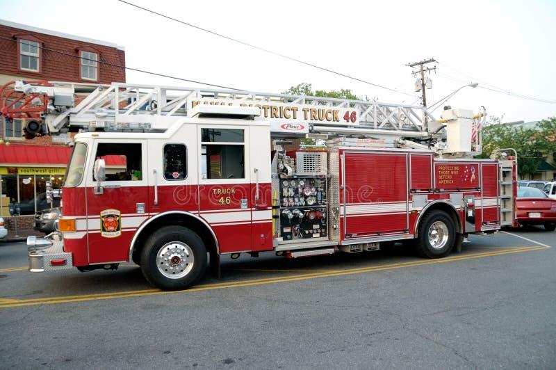 Ένα πυροσβεστικό όχημα ανεμοσκαλών πυροσβεστικών υπηρεσιών στοκ εικόνα