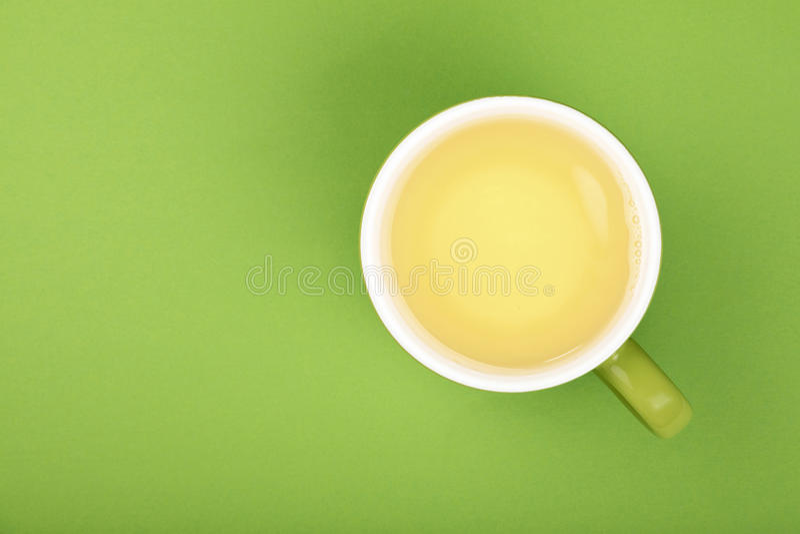 Ένα πλήρες μεγάλο φλυτζάνι του πράσινου τσαγιού oolong με το πιατάκι στοκ εικόνες με δικαίωμα ελεύθερης χρήσης