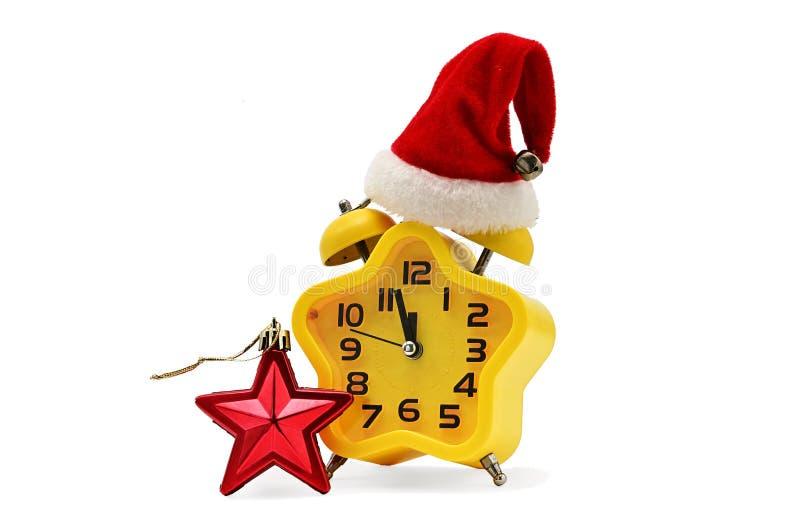 Ένα ρολόι Χριστουγέννων αστερίσκων παρουσιάζει υπόλοιπο χρόνο μέχρι τα μεσάνυχτα με ένα καπέλο Άγιου Βασίλη και έναν κόκκινο αστε στοκ εικόνες με δικαίωμα ελεύθερης χρήσης