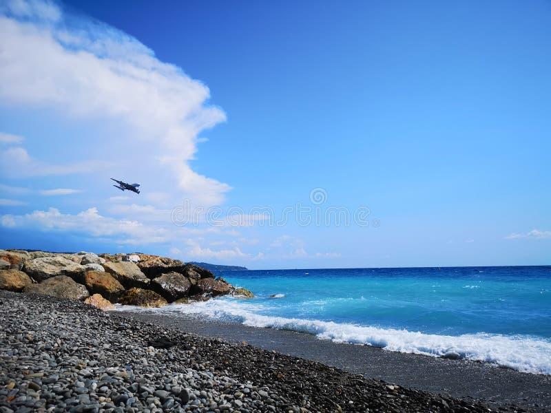 Ένα σαφές πέταγμα πέρα από μια παραλία στη Νίκαια, Γαλλία στοκ εικόνες