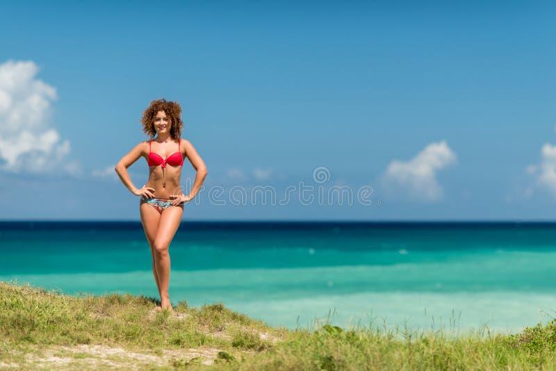 Ένα σγουρό κορίτσι στην ακτή στοκ εικόνες