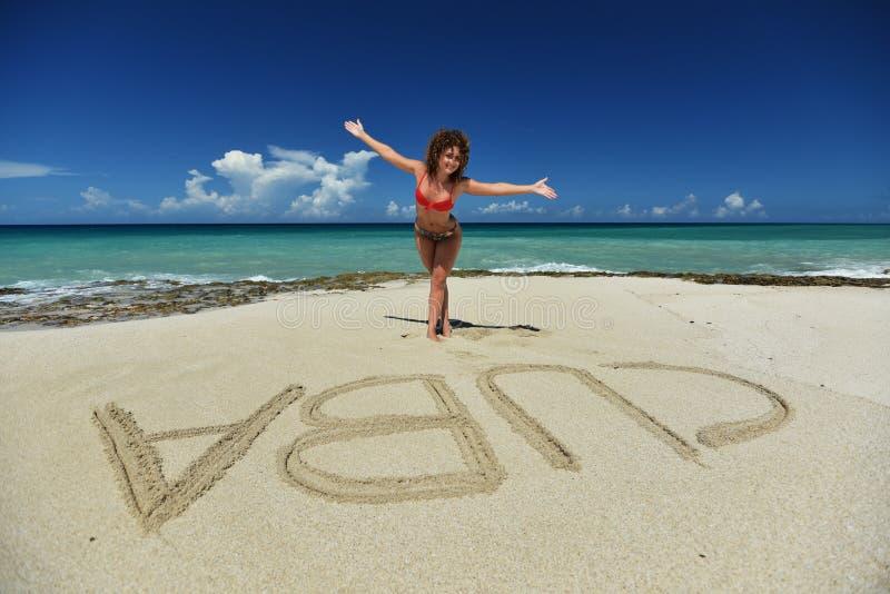 Ένα σγουρό κορίτσι στην παραλία στοκ εικόνες