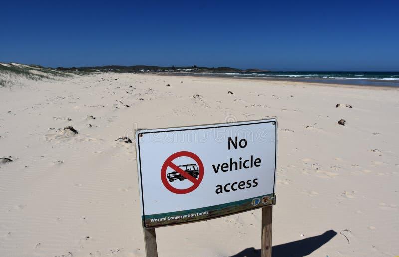 """Ένα σημάδι δεν διαβάζει """"καμίας πρόσβασης οχημάτων στην παραλία Birubi στοκ φωτογραφία"""
