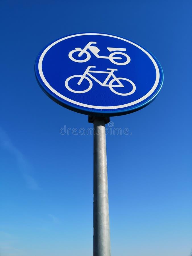 Ένα σημάδι κυκλοφορίας που δείχνει την πορεία ποδηλάτων και μοτοποδηλάτων στοκ φωτογραφίες