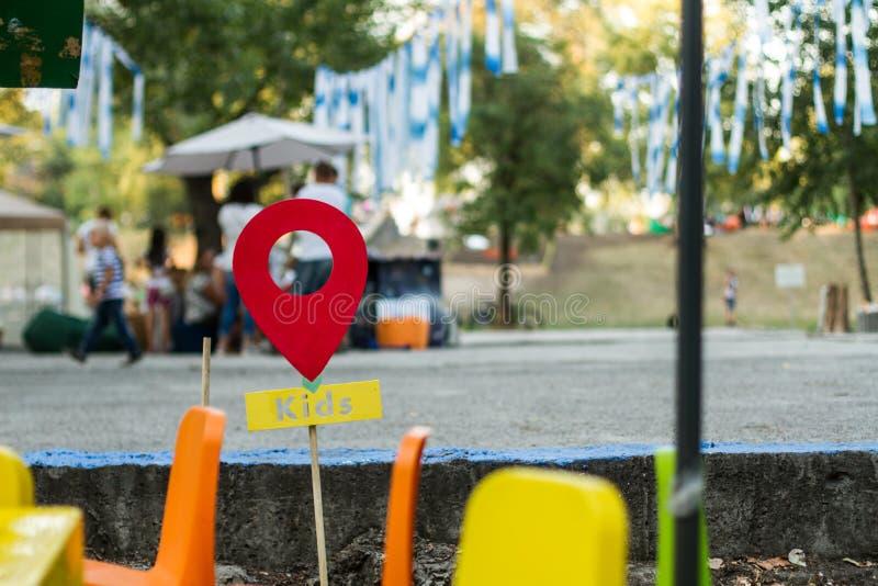 Ένα σημάδι παιδιών στο θερινό φεστιβάλ στοκ εικόνα με δικαίωμα ελεύθερης χρήσης