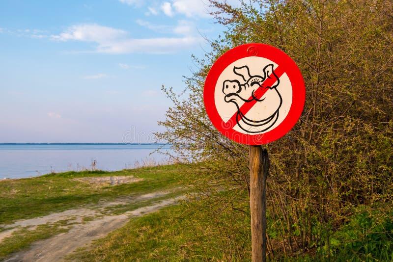 Ένα σημάδι που απεικονίζει έναν χοίρο, που καλεί για να μην ρυπάνει στα ξύλα Περιοχή του Κίεβου, της Ουκρανίας στοκ εικόνες