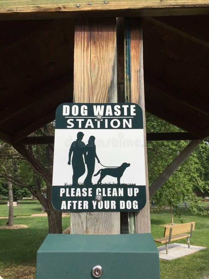 Ένα σημάδι που συμβουλεύει τους ανθρώπους αυτό είναι ένας σταθμός αποβλήτων σκυλιών στοκ φωτογραφία με δικαίωμα ελεύθερης χρήσης
