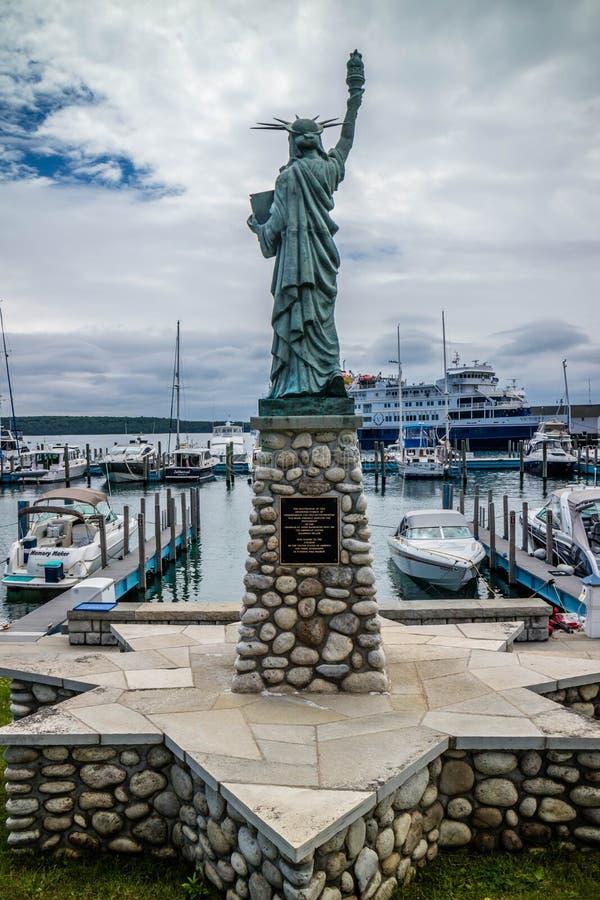 Ένα σημάδι του αγάλματος υποχρέωσης και πίστης στο νησί Mackinac, Μίτσιγκαν στοκ εικόνες