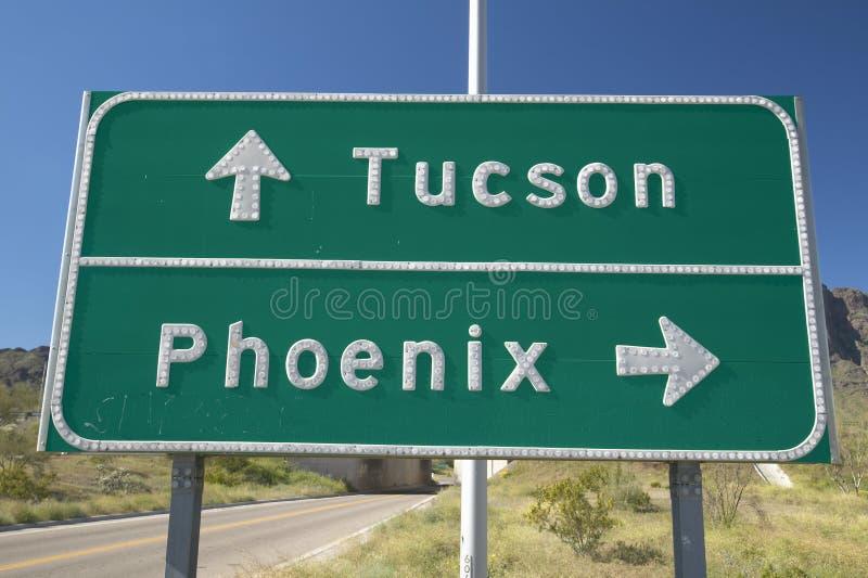 Ένα σημάδι διαπολιτειακών αυτοκινητόδρομων στην Αριζόνα που κατευθύνει την κυκλοφορία στο Tucson και το Phoenix, AZ στοκ εικόνα