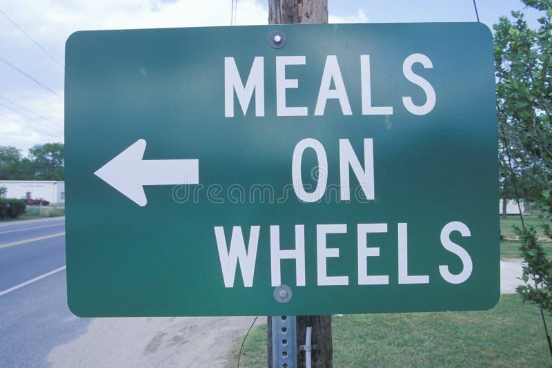 Ένα σημάδι που διαβάζει τα γεύματα ï ¿ ½ στο wheelsï ¿ ½ στοκ εικόνα
