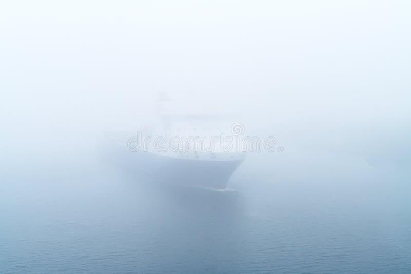 Ένα σκάφος προκύπτει από την ομίχλη στοκ φωτογραφίες με δικαίωμα ελεύθερης χρήσης