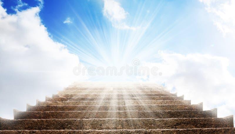 Ένα σκαλοπάτι πετρών με τον τρόπο μέχρι το μπλε ουρανό, υπάρχει ένα ισχυρό φως στο τέλος του τρόπου στοκ φωτογραφία με δικαίωμα ελεύθερης χρήσης