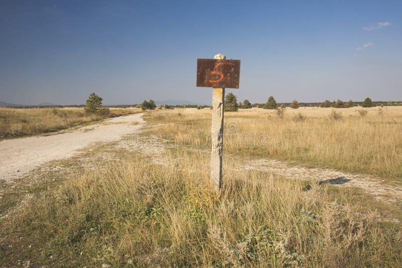 ένα σκουριασμένο σημάδι σε έναν μόνο τομέα στοκ φωτογραφία με δικαίωμα ελεύθερης χρήσης