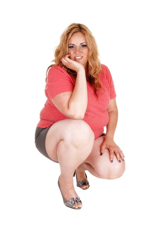 Ένα σκύψιμο συν τη γυναίκα μεγέθους στοκ εικόνα