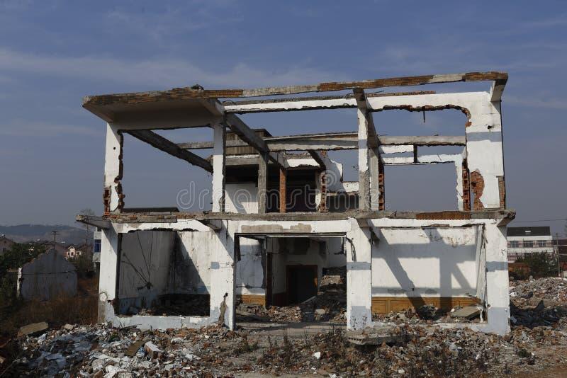 Ένα σπίτι ήταν κατεδαφισμένο μόνο πλαίσιο, το καινούργιο σπίτι θα χτιστεί πάλι στοκ φωτογραφία