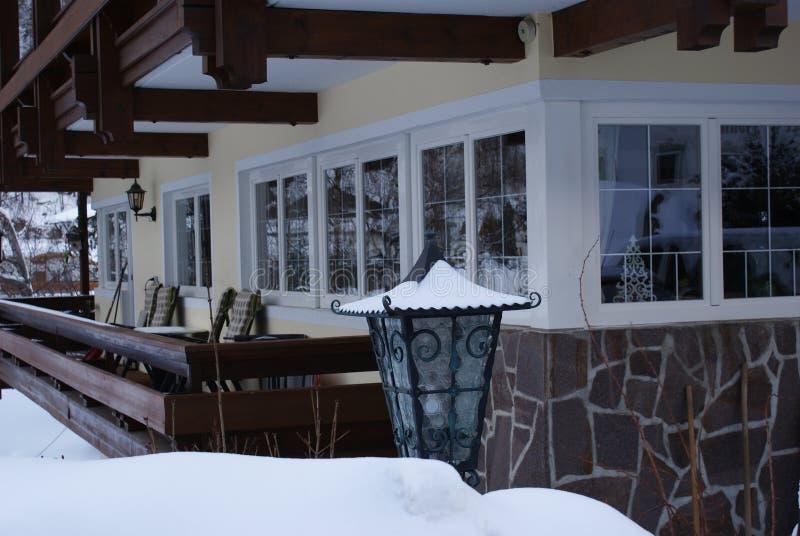 Ένα σπίτι που καλύπτεται με το άσπρο χιόνι στις Άλπεις το χειμώνα στοκ φωτογραφίες με δικαίωμα ελεύθερης χρήσης