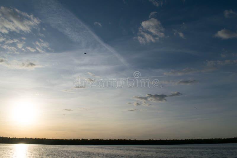 Ένα συναρπαστικό ηλιοβασίλεμα σε μια λίμνη στοκ εικόνα με δικαίωμα ελεύθερης χρήσης