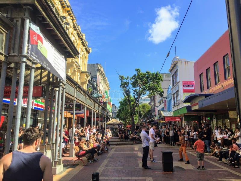 Ένα συσκευασμένο πλήθος των τουριστών και οι ντόπιοι απολαμβάνουν έναν τοπικό εκτελεστή οδών στην οδό της Κούβας στο στο κέντρο τ στοκ φωτογραφίες