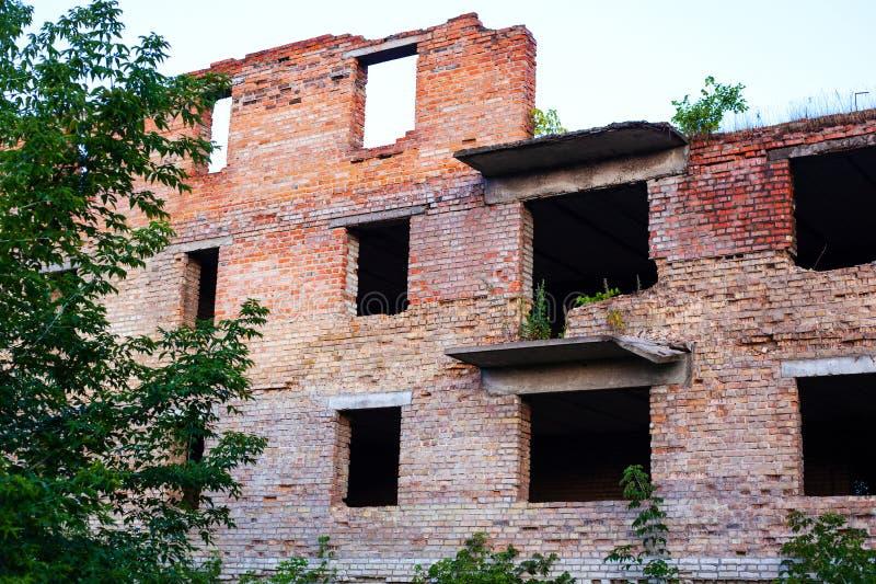 Ένα σχολείο στο Donbass που βάζεται φωτιά επάνω και που καταστρέφεται από τα βαριά όπλα και χαλασμένο από μια έκρηξη ενός τούβλιν στοκ εικόνες