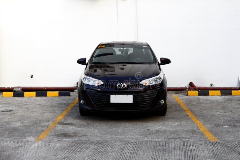 Ένα σύγχρονο αυτοκίνητο φορείων καταλαμβάνει μια αυλάκωση χώρων στάθμευσης σε μια δημόσια περιοχή χώρων στάθμευσης στοκ φωτογραφίες
