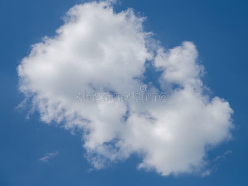 Ένα σύννεφο στο μπλε ουρανό στοκ φωτογραφία