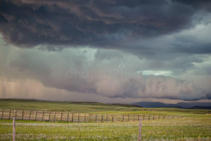 Ένα σύννεφο τοίχων με μορφές τις μακροχρόνιες ουρών σύννεφων κάτω από μια θύελλα supercell στις υψηλές πεδιάδες στοκ φωτογραφία