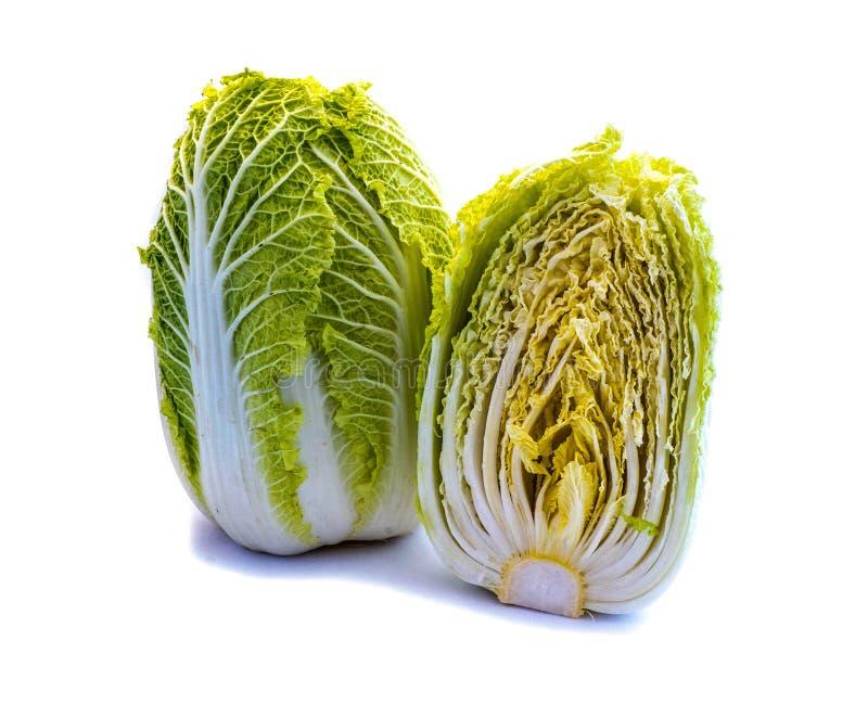 Ένα σύνολο και ένα τεμαχισμένο κινεζικό λάχανο †‹â€ ‹που απομονώνονται στο άσπρο υπόβαθρο στοκ εικόνα