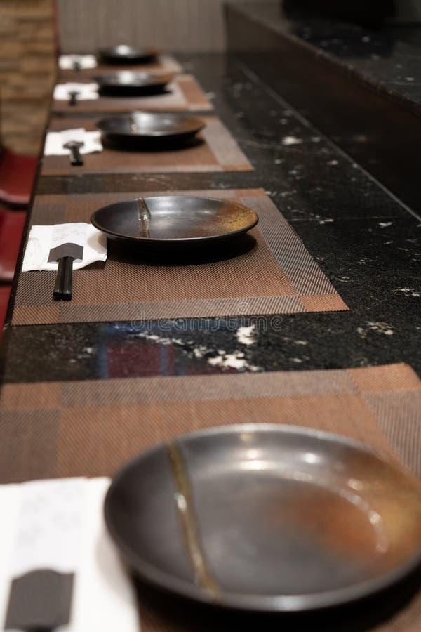Ένα σύνολο κεραμικού πιάτου με μαύρο chopstick στο μαύρο γρανίτη ομο στοκ εικόνα με δικαίωμα ελεύθερης χρήσης