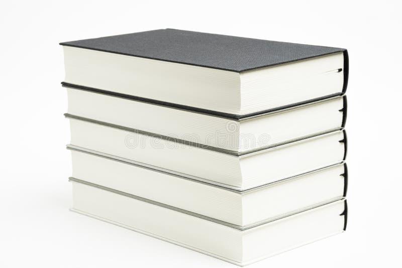 Ένα σύνολο τακτοποιημένα συσσωρευμένων μονοχρωματικών συνδεδεμένων ύφασμα βιβλίων στοκ εικόνα με δικαίωμα ελεύθερης χρήσης