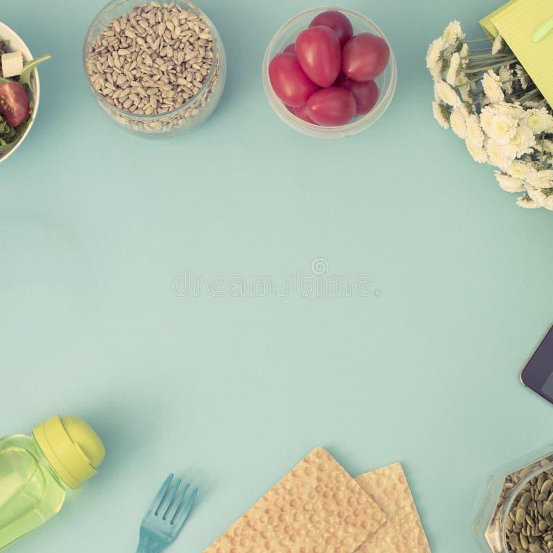 Ένα σύνολο χρήσιμων προϊόντων, ντομάτα κερασιών, μήλων φρούτων σπόρων πλαστική φρέσκια σαλάτα λουλουδιών επιτραπέζιου σκεύους άσπ στοκ φωτογραφίες με δικαίωμα ελεύθερης χρήσης