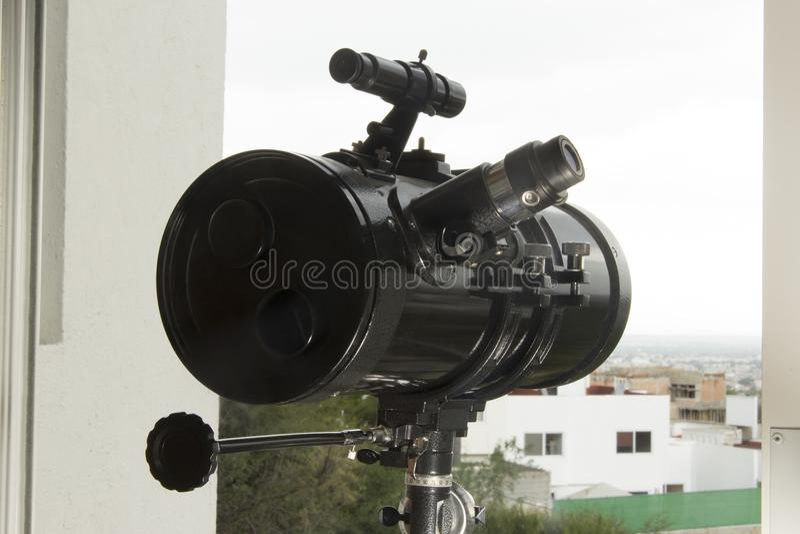 Ένα τηλεσκόπιο για να παρατηρήσει τη γειτονιά και τον ουρανό στοκ φωτογραφία με δικαίωμα ελεύθερης χρήσης
