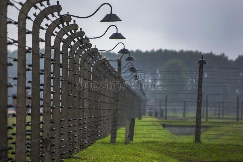 Ένα τμήμα του οδοντωτού - ηλεκτρικός φράκτης καλωδίων που περιέβαλε το στρατόπεδο συγκέντρωσης auschwitz-Birkenau σε Oswiecim στη στοκ φωτογραφίες