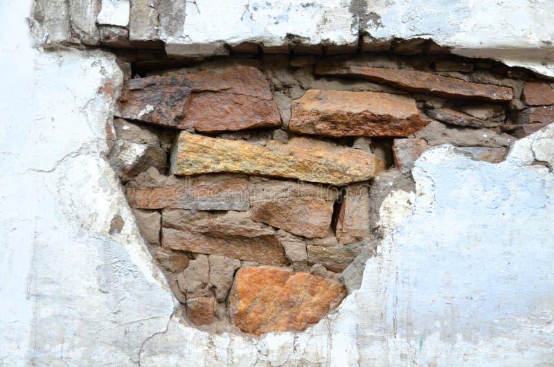 Ένα τμήμα του τοίχου πετρών με το ασβεστοκονίαμα αφαιρούμενο στοκ εικόνες