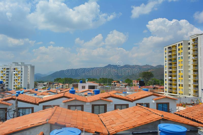ένα τοπίο μερικών σπιτιών που βλέπουν από τη στέγη με έναν μπλε ουρανό στο υπόβαθρο στοκ φωτογραφίες