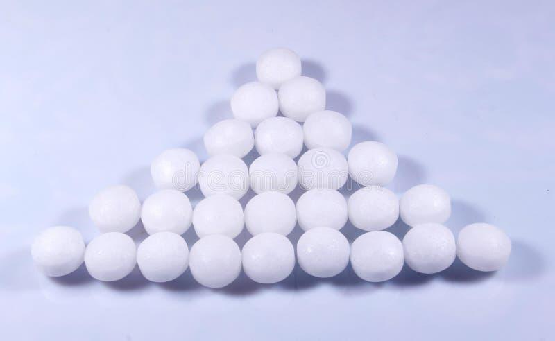Ένα τρίγωνο διαμόρφωσε το σωρό των άσπρων σφαιρών ναφθαλίνης στοκ εικόνα με δικαίωμα ελεύθερης χρήσης