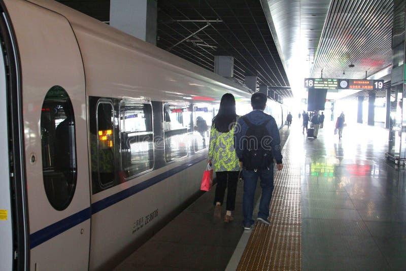 Ένα τραίνο μεγάλων ραγών (HSR) περιμένει τους επιβάτες σιδηροδρομικός σταθμός Suzhou, Κίνα στοκ εικόνα