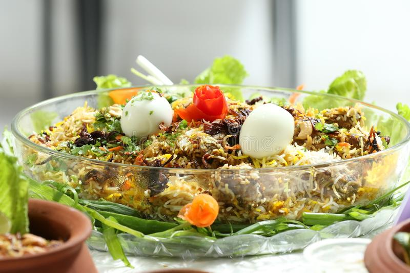 Ένα υγιές και εύγευστο biriyani κοτόπουλου με το αυγό και τη σαλάτα του αγγουριού, και μερικά φρέσκα φύλλα Αυτό το biryani, ποιο  στοκ φωτογραφίες