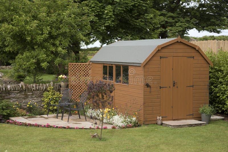Ένα υπόστεγο κήπων και ένα μικρό patio στοκ εικόνα με δικαίωμα ελεύθερης χρήσης