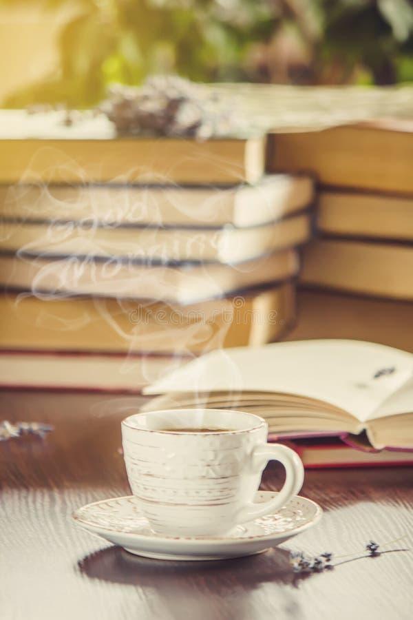 Ένα φλιτζάνι του καφέ και μια καλημέρα καπνού στο γραφείο στην εργασία στοκ φωτογραφία